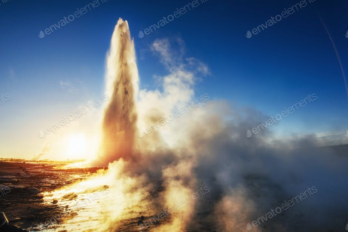 geysers in Iceland. Fantastic kolory.Turysty watch the beauty of