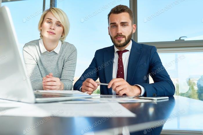 Junge Geschäftsleute posieren im Büro