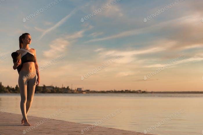 Mujer Deportes en la Playa con alfombra.