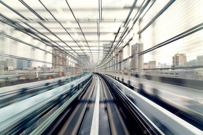 Bewegungsunschärfe des Zuges bewegt sich im Tunnel in Tokio