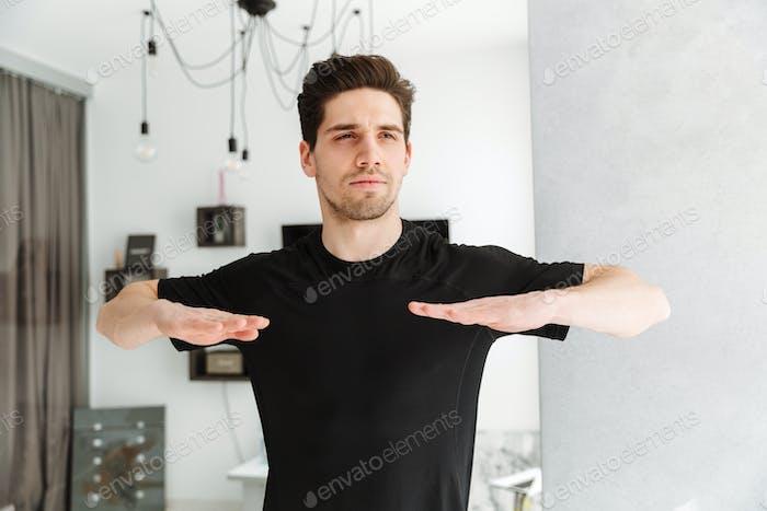 Hübscher junger Mann stehend zu Hause