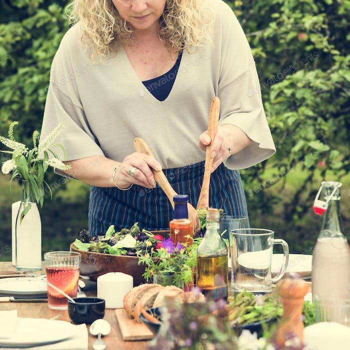 Frau Vorbereitung Tisch Abendessen Konzept