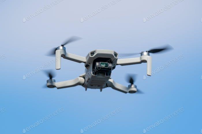 Quadcopter Drohne während des Fluges an einem sonnigen Tag