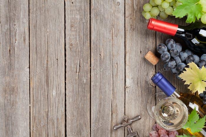 Weinflaschen und Trauben