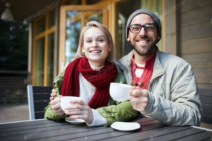 Liebevolle Paar genießen Drinks