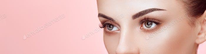 Schöne Frau mit langen falschen Wimpern