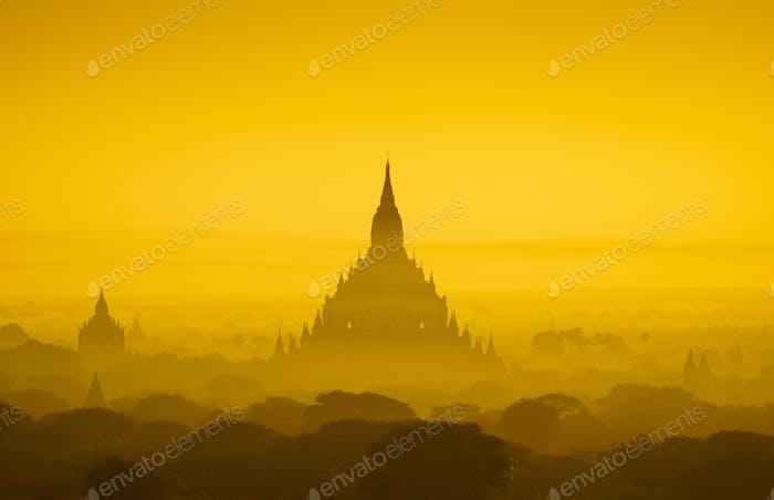 Die Tempel von Bagan bei Sonnenaufgang, Bagan, Myanmar