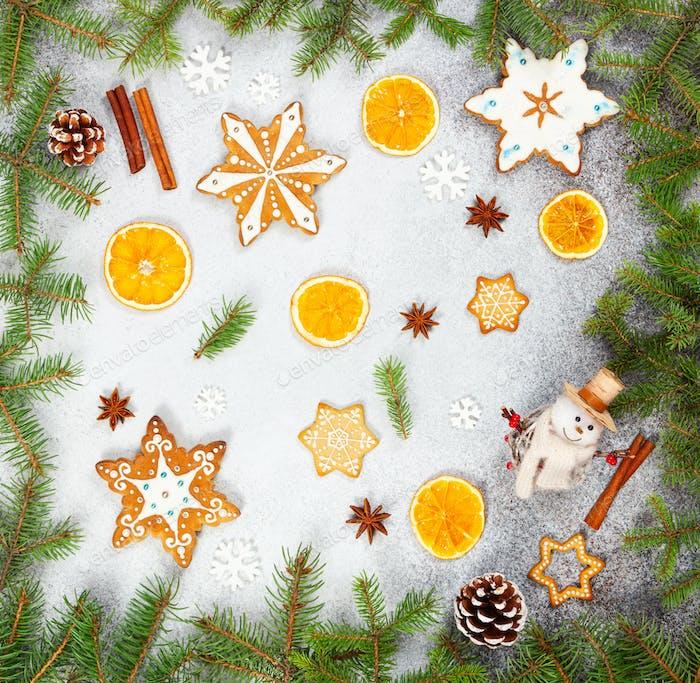Weihnachten Ingwer Plätzchen in Form Schneeflocken, getrocknete Orange, Sternanis und Schneemann