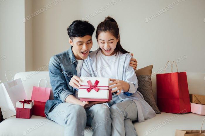 Junges Paar Eröffnung Festival Geschenke zu Hause
