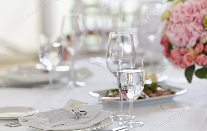 Nahaufnahme Bild eines Tisches auf einem festlichen Ereignis, Party oder Hochzeitsempfang.