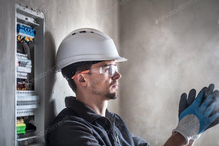 Hombre, un técnico eléctrico.