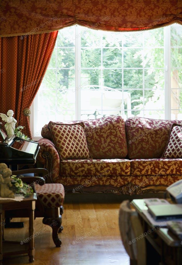 Sofá en la sala de estar