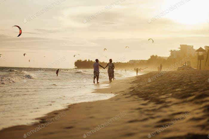glückliches Paar laufen am Strand