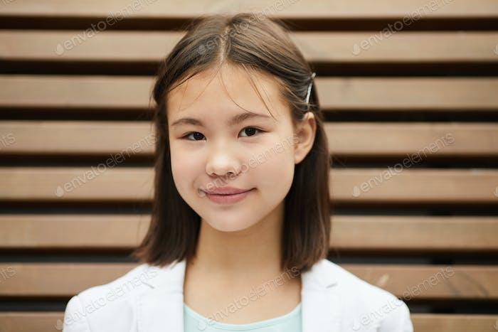 Asiatische Schulmädchen im Freien