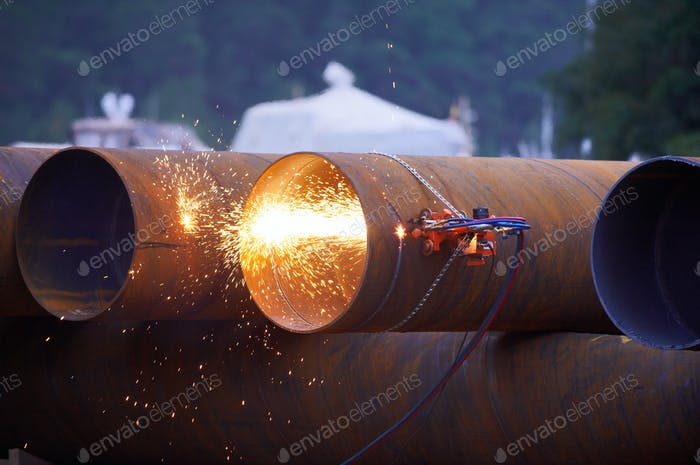 automatic gas cutter cuts the pipe