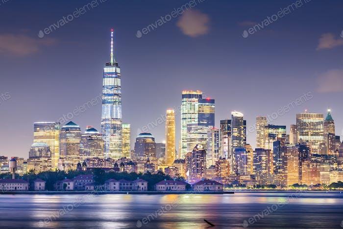 New York, New York, USA Skyline vom Hafen mit Ellis Islan
