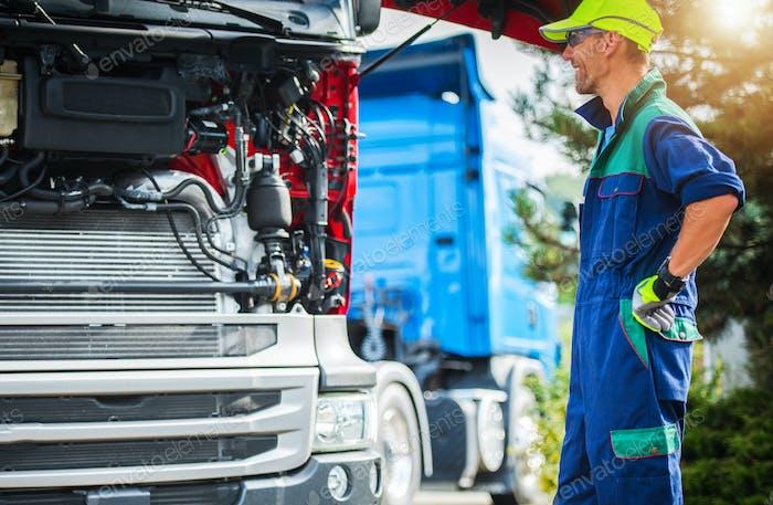 Счастливый улыбающийся профессиональный грузовой механик