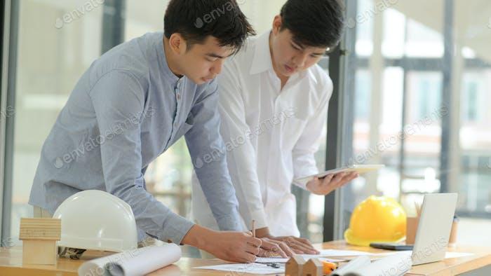 Architekten und Ingenieure prüfen Pläne und beraten bei Planung und Bauplanung.