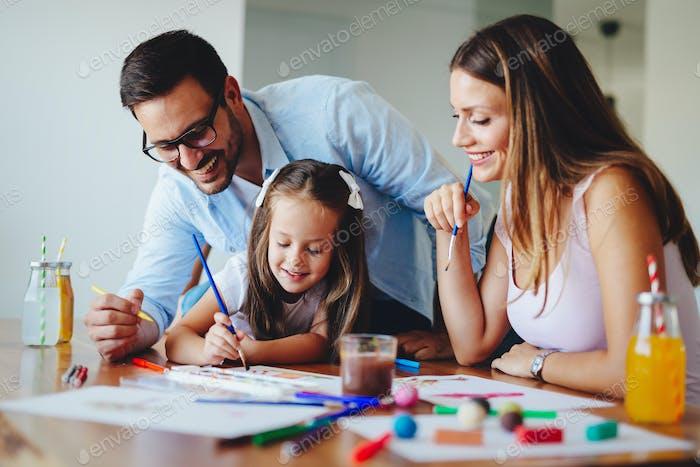 Glückliche Familie verbringen Spaß Zeit zu Hause