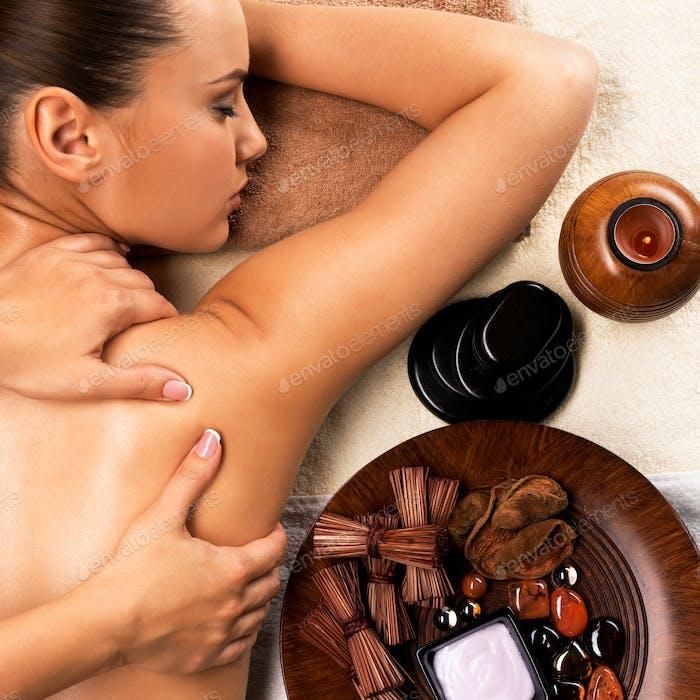 Junge gesunde Frau entspannt und immer wieder zurück Massag.