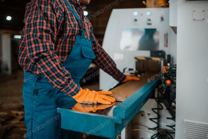 Holzarbeiter arbeitet an der Maschinen- und Holzindustrie
