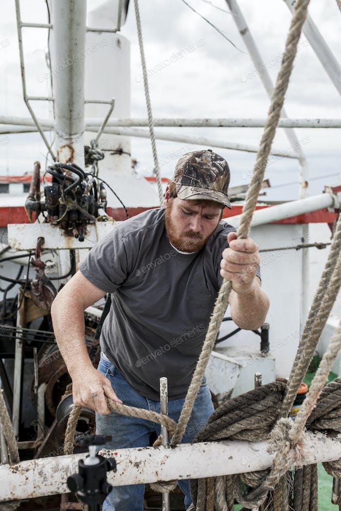 Kommerziell Fischer arbeiten auf dem Deck eines Schiffes