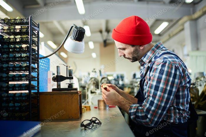 Uhrmacher in der Fabrik
