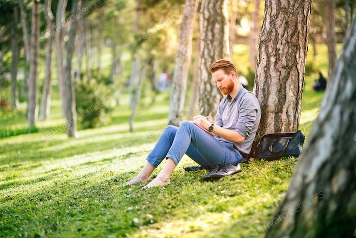 Студент, обучающийся в парке