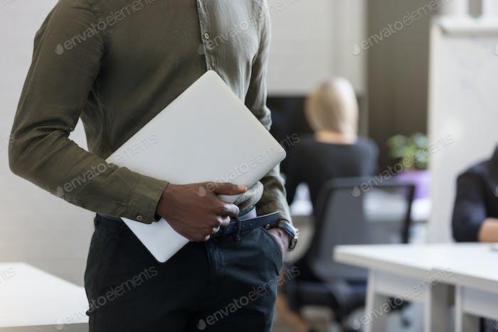 Ausgeschnittenes Bild eines afro amerikanischen Mitarbeiters