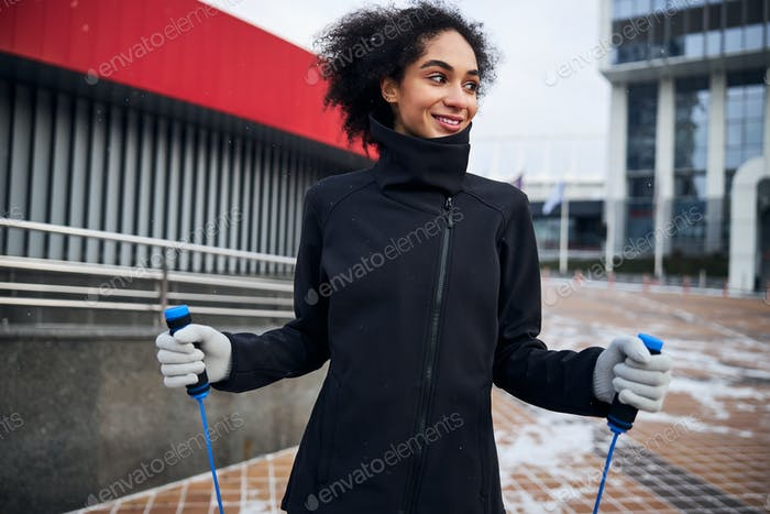 Mujer con asas de cuerda de saltar en cada mano