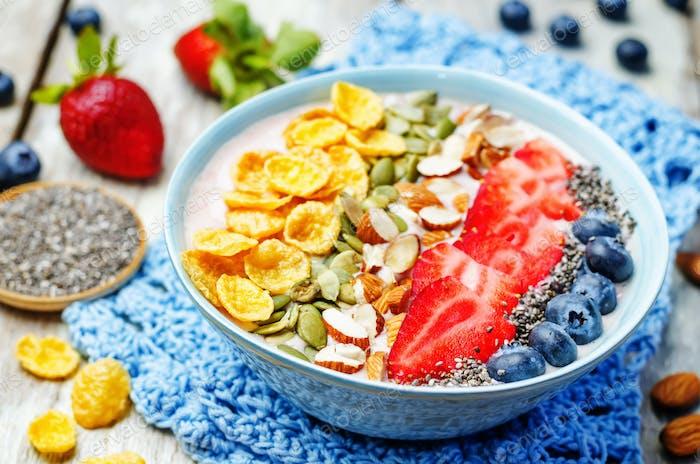 gesunde Erdbeer-Smoothie Schüssel mit Früchten, Getreide, Samen und