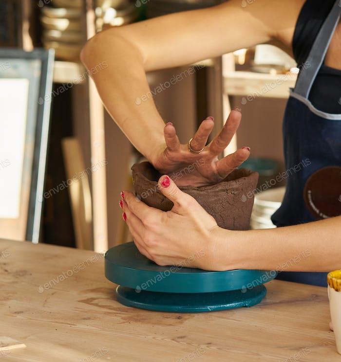 Frau, die Keramik Keramik, Hände Nahaufnahme, Fokus auf Töpfer, Palmen mit Keramik