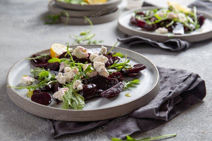 Rote-Bete-Käse Salat Carpaccio mit Rucola und Zitrone.