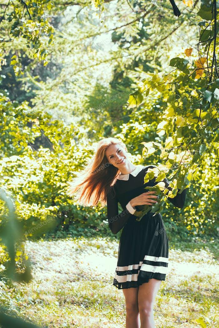 Открытый мода портрет довольно хипстер старинные девушки женщина в лесу