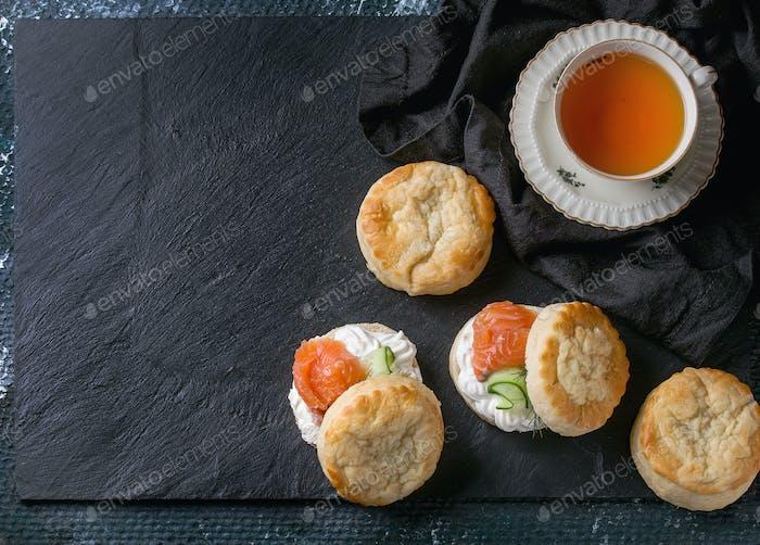 Käse-Scones mit Lachs