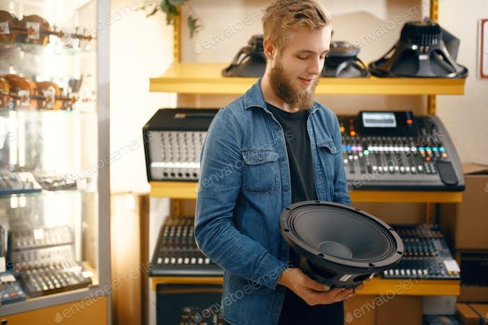 Musiker kaufen Subwoofer-Lautsprecher im Musikgeschäft