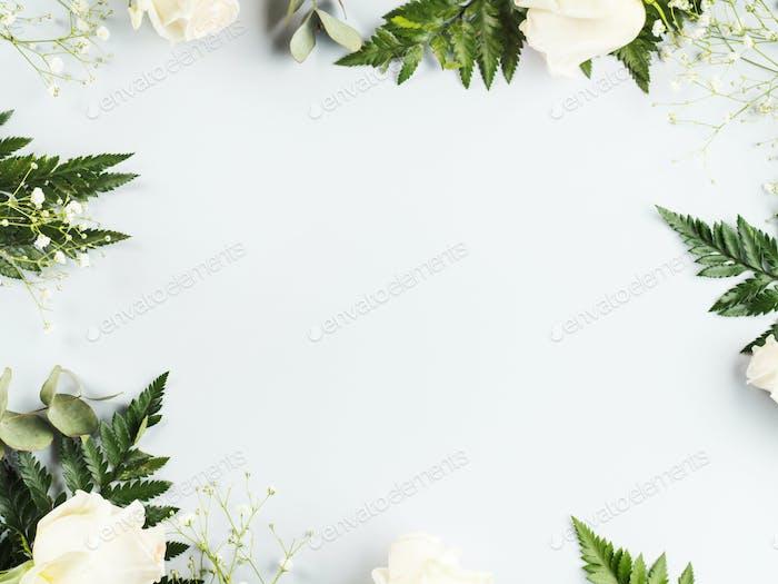Blumengestell mit weißen Rosen und Farn