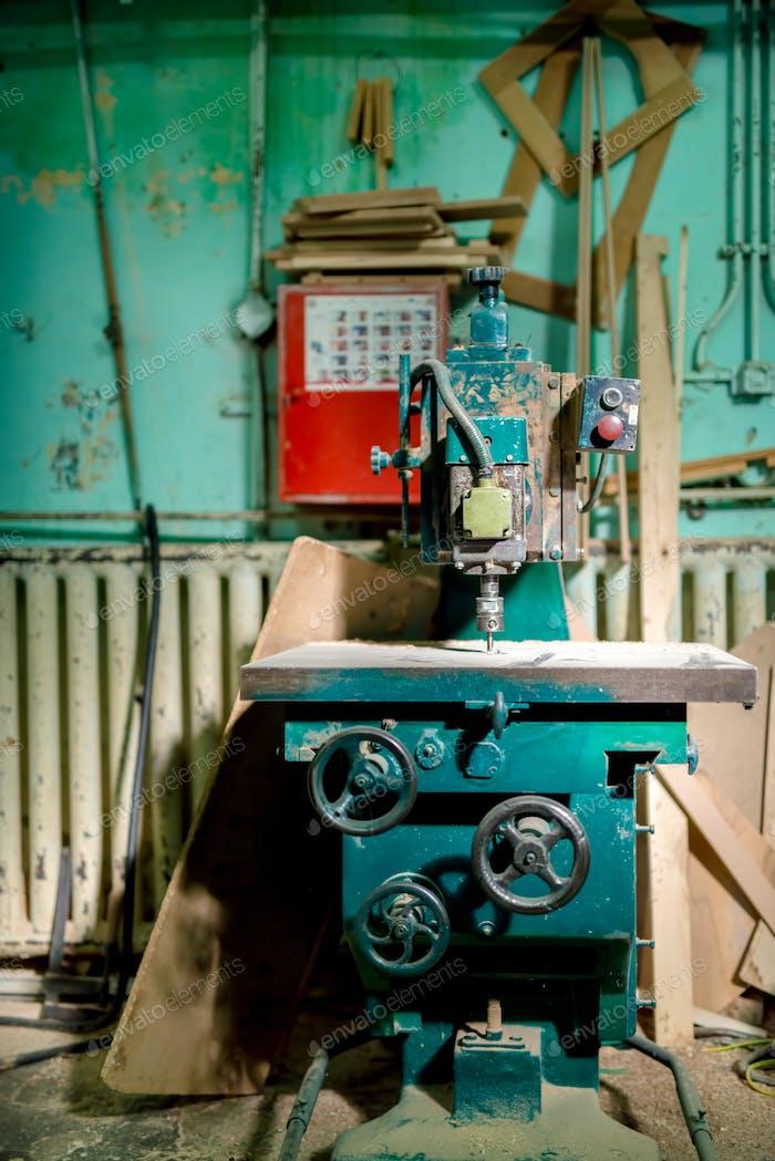 industrielle Metallbohrwerkzeug in der Fabrik. Metall-Industriemaschinen