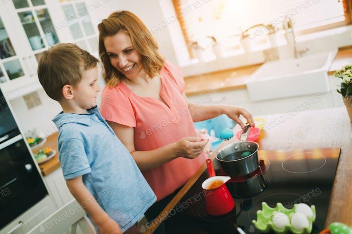 Mutter und Sohn malen Eier