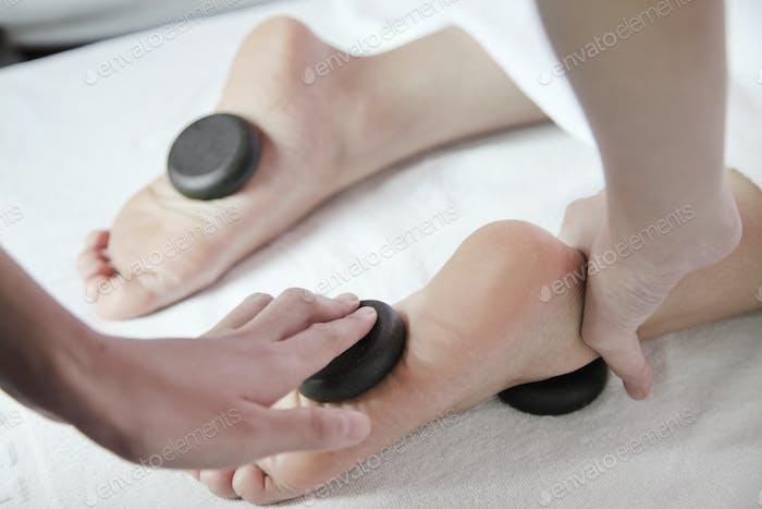 Frau Empfang Hot Stone Fußmassage