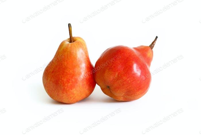 Zwei rote Birnen isoliert auf weiß