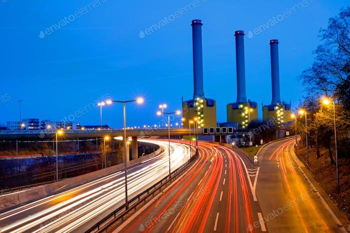 Kraftwerk und Autobahn in Berlin