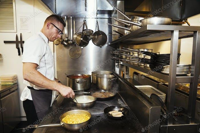 Chefkoch in einer Restaurant-Küche.