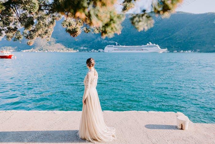 Frau wartet auf Kreuzfahrtschiff Segeln in Kotor Bay