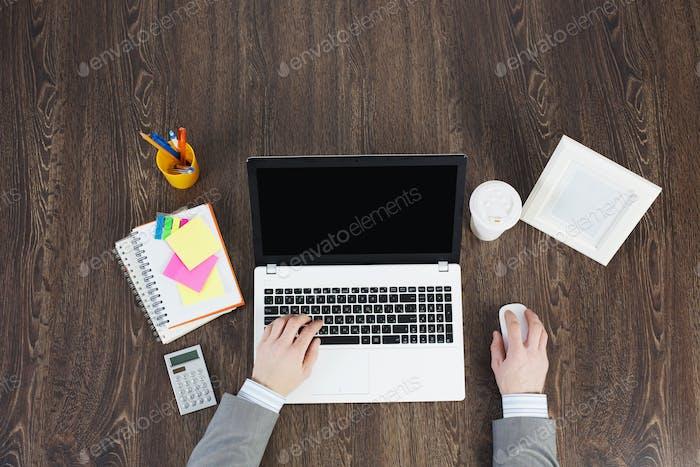 Офисное рабочее место с канцелярскими принадлежностями и ноутбуком
