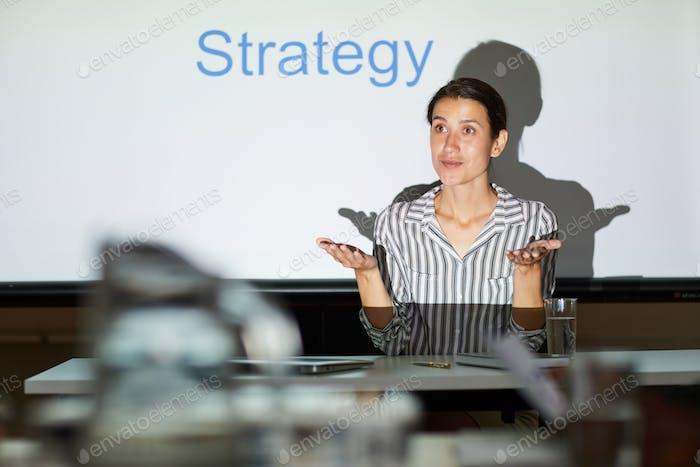 Discutir la estrategia para alcanzar el objetivo en la reunión