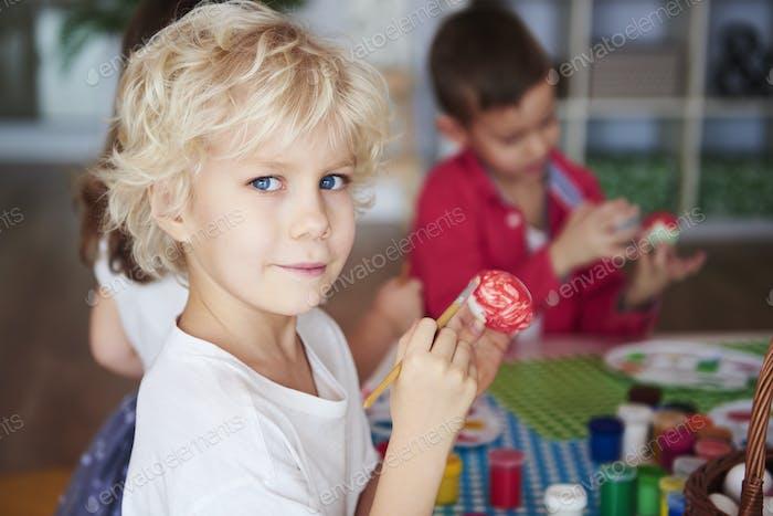 Porträt von lächelnden Jungen Malerei Ostereier