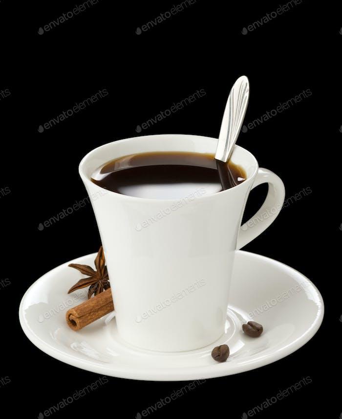 Tasse Kaffee mit Bohnen auf schwarz isoliert