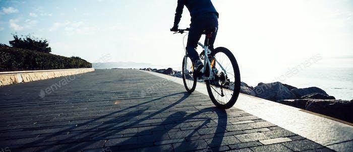 Велосипедист езда на велосипеде по восходящему побережью пути