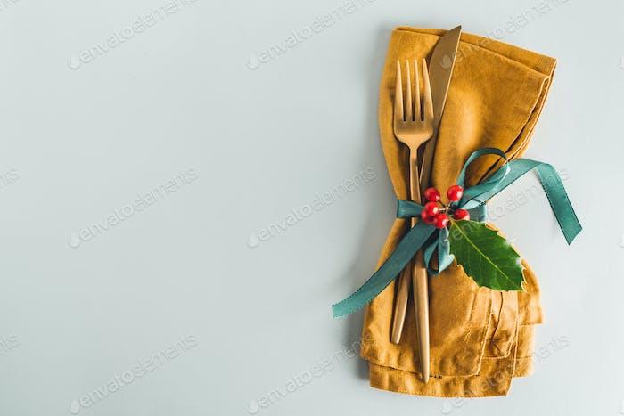 Weihnachtsbesteck mit Serviette auf Teller